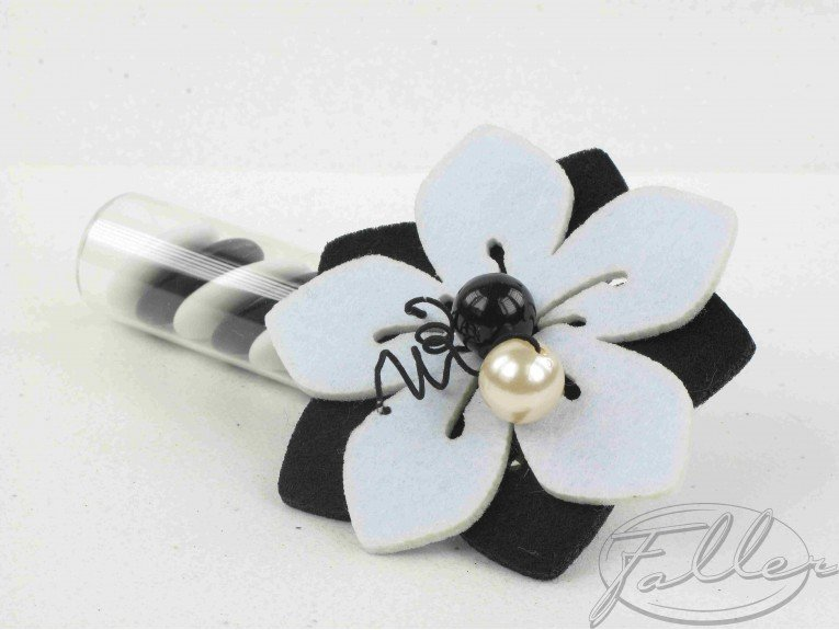 Dragées dans éprouvette avec fleur feutrine noir et blanche
