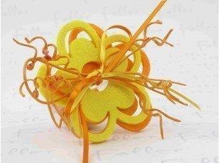 Dragées jaune et orange dans boule plexi fleurs feutrines