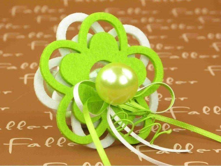 Dragées & fleurs feutrines blanches et anis