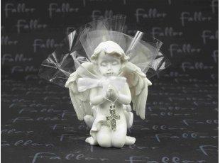 Ange de communion priant avec sa croix et ses dragées
