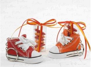 Dragées baptême - Baskets oranges et rouges en porte-clés