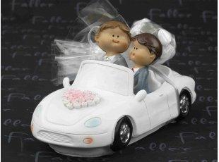 Mariés hommes dans voiture avec pochon de dragées