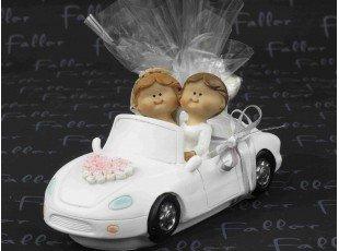Jeunes mariées dans voiture avec dragées mariage