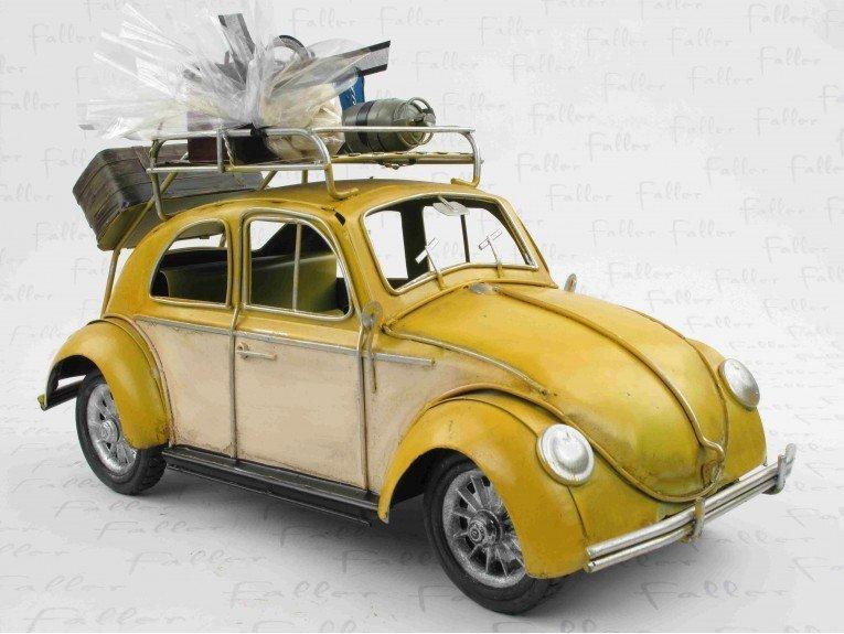 Ancienne voiture en métal jaune avec dragées de baptême