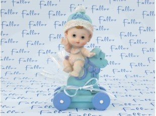 Grand bébé sur chien à roulette bleu baptême garçon