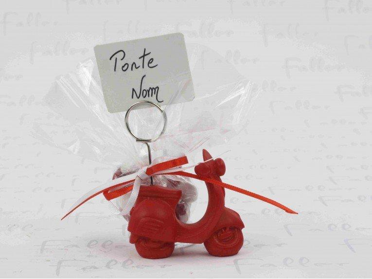 Porte photo vespa rouge avec tulle de dragées pour mariage