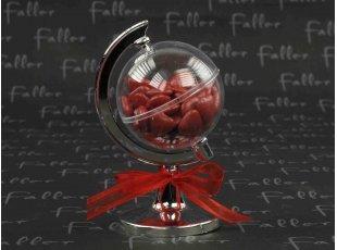 Globe terrestre avec dragées chocolat coeurs rouges