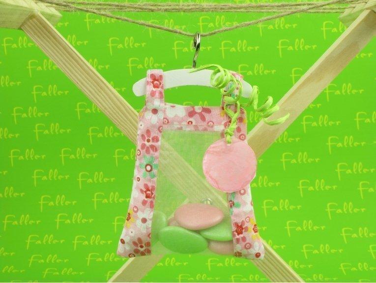 Robe fleurie rose avec dragées pour baptême fille