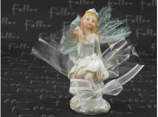 Petite elfe blanche assise avec ses dragées
