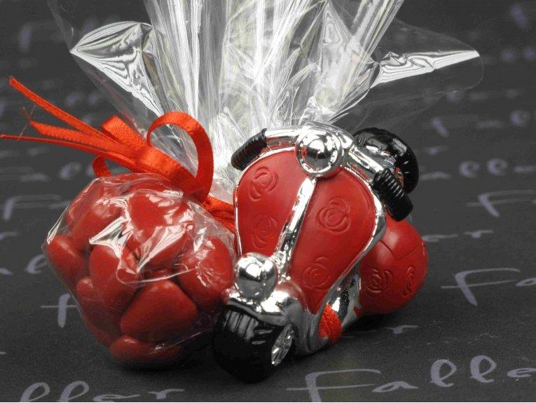 Vespa à fleurs rouges avec dragées mariage