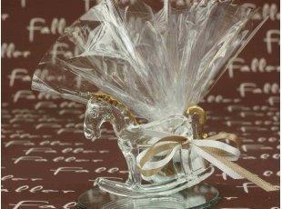 Cheval à bascule en verre sur socle et dragées baptême