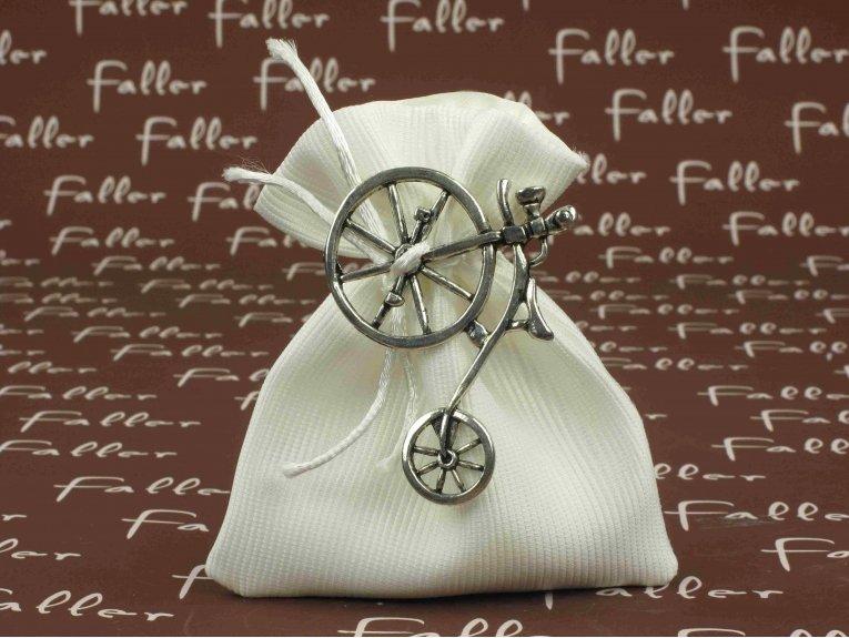 Sac à dragées blanc garçon avec bijou vélo argenté